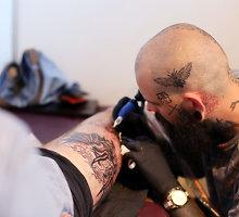 Sulėtinti kadrai: tatuiravimo procesas iš arčiau