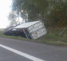 Pakeliui į Vilnių greitkelyje apvirto sunkvežimis