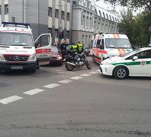 """Po susidūrimo su """"Audi"""" Vilniaus motociklininkas išvežtas į ligoninę"""