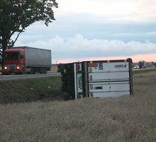 """Magistralėje """"Via Baltica"""" nuo kelio nuvažiavo lenko vilkikas su kiaulienos kroviniu"""