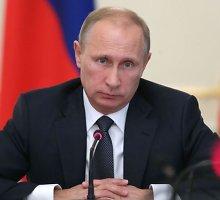 Vladimirui Putinui pataikauja ne vien FIFA: plaukimo federacija apdovanojo aukščiausiu ordinu