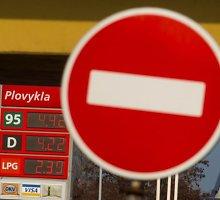 Kaltos nuolaidos, kad benzinas ir dyzelinas degalinėse pinga lėčiau, nei ritasi naftos kaina