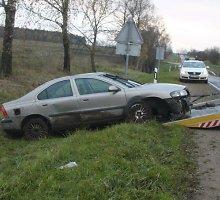 """Panevėžio policijos radinys antradienio ryte – apdaužytas ir griovyje paliktas """"Volvo"""""""