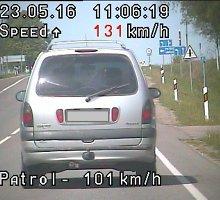 Kelių ereliai bandė policininkų kantrybę: pinigus paliko automobilio durelių dėkle