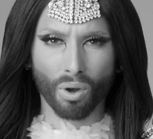 Conchita Wurst naujame klipe pasipuošė nuometu