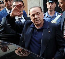 Silvio Berlusconi atsisako trauktis iš politikos