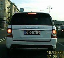 """Baltas """"Range Rover"""" blaškosi tarp baltų linijų"""