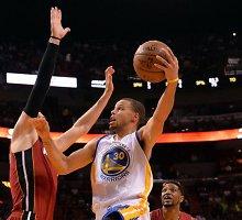 """NBA: 40 taškų surinkęs Stephenas Curry palaidojo """"Miami Heat"""" ekipą"""