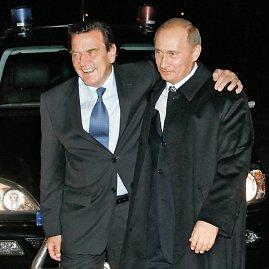 """""""Reuters""""/""""Scanpix"""" nuotr./Vokietijos kancleris Gerhardas Schroederis ir Rusijos prezidentas Vladimiras Putinas 2005 metais"""