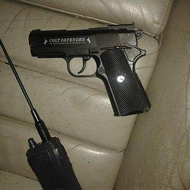 VSAT nuotr./Sulaikytame kontrabandininkų automobilyje rastas ginklas ir racija