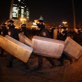 """AFP/""""Scanpix"""" nuotr./Riaušių policija Donecke"""