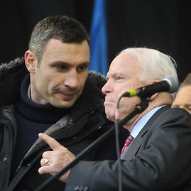 """AFP/""""Scanpix"""" nuotr./Vitalijus Klyčko ir JAV senatorius Johnas McCainas"""