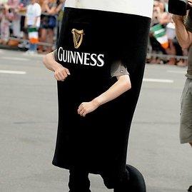 """""""Scanpix"""" nuotr./Parado dalyvis, apsirengęs kaip """"Guinness"""" alus"""