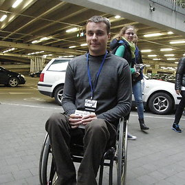 Sauliaus Tvirbuto/15min.lt nuotr./Jaunimas klijavo lipdukus neįgaliųjų vietas užėmusiems vairuotojams