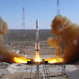 """Scanpix nuotr./Rusijos raketa """"Proton"""" nesėkmingai mėgino pakelti palydovą - iškart po pakėlimo raketa nukrito žemyn"""