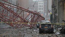 Niujorke ant gatvės nuvirto didžiulis kranas