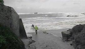 Noras pasigrožėti bangomis vos nevirto tragedija