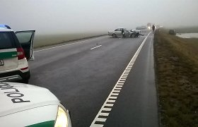 """Kelyje """"Via Baltica"""" BMW rėžėsi į """"Volkswagen"""" – dėl avarijos sustabdytas eismas"""