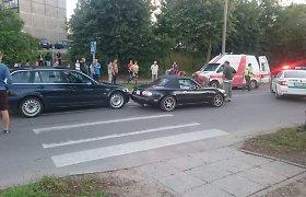 """Gatvės lenktynės Utenoje baigėsi dviguba avarija: perėjoje numuštas žmogus, BMW ir """"Mazda"""" rėžėsi vienas į kitą"""