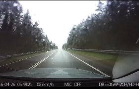 Nufilmuota, kokios pasekmės laukia prie vairo sėdusių pavargusių vairuotojų