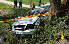 """Kelmės rajone """"Audi"""" rėžėsi į baikerių koloną, o po to atsitrenkė į medį: vienas žmogus žuvo, penki sužeisti"""