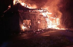 Vilniuje kilo gaisras visą savaitgalį liepsnojusiame angare