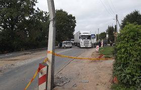 Biržų rajone sunkiasvorė mašina kelio remonto ruože trenkėsi į stulpą