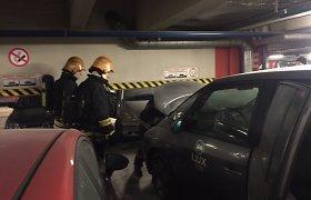 """Didžiulės ugniagesių pajėgos lėkė į """"Panoramą"""" – parkinge užsidegė automobilis"""