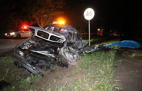 Karsakiškyje į vilkiką rėžėsi ir žuvo kelio vingyje automobilį lenkęs BMW vairuotojas