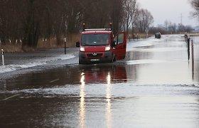 Pamarį semia potvynis: virš kelio į Rusnę – 15 cm vandens