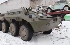 Du girti rusai nuo patrulių bėgo vairuodami šarvuotį