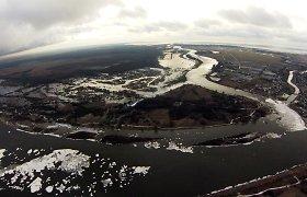 Rytų Lietuvoje siaučiant pūgai, pamaryje kyla vanduo, apsemti keliai šalia Leitės upės