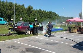 """Iš avarijos 150 km/val. greičiu sprukęs """"Audi"""" prie Karmėlavos rėžėsi į degalinę, yra sužeistųjų"""