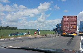 """Kelyje """"Via Baltica"""" vilkikas susidūrė su visureigiu, žuvo žmogus"""
