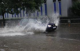 5 automobilio detalės, kurioms labiausiai kenkia važinėjimas per potvynį