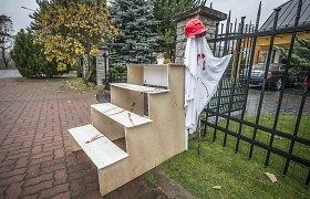 Prie V.Matijošaičio namų kruvinus laiptus pastatė du studentai – jie sulaikyti