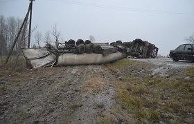 Automobilininkai susirūpinę: latvių vilkikas prie Marijampolės vis dar trukdo eismui