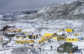 Bazinė stovykla prie Everesto, nusiaubta sniego lavinos