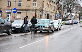 """Vilniuje """"Subaru Forester"""" partrenkė vyrą, per avariją apgadintas """"Mazda 6"""""""
