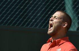 """Pykčio priepuolio apimtas Rusijos tenisininkas """"Roland Garros"""" turnyre rakete daužė sau per galvą"""