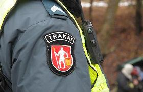 6 Trakų rajono policininkai įtariami piktnaudžiavimu ir vagyste: dangstė degtindarius