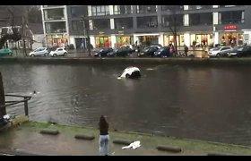 Amsterdame – dramatiškas moters ir vaiko gelbėjimas iš skęstančio automobilio