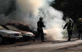 Kaune, namo kieme, padegti trys automobiliai