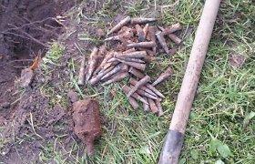 Požeminį interneto kabelį kieme klojęs Akmenės gyventojas iškasė granatą ir šovinių