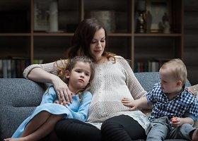 Besilaukianti Mingailė Kalnietė įsiamžino fotosesijoje su vaikais