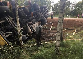 Prie Baisiogalos, sprogus padangai nuo kelio nulėkė sunkvežimis
