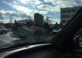Vilniaus Justiniškių gatvėje per avariją apsivertė automobilis