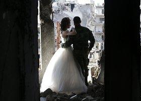 Gyvenimas stipresnis už mirtį – jaunavedžių fotosesija sugriautame Sirijos mieste