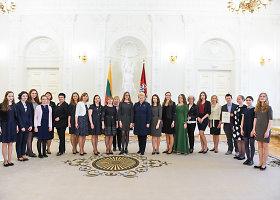 Prezidentė apdovanoja Nacionalinio diktanto konkurso nugalėtojus