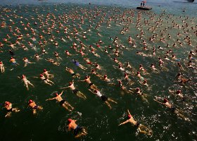 Šveicarai dalyvauja kasmetiniame plaukime per Ciuricho ežerą